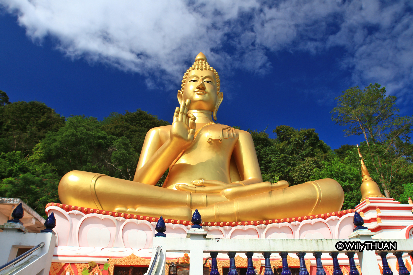 Wat Kao Rang (Kao Rang Temple) and Sitting Buddha